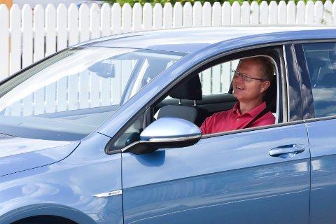 FORNØYD: Tor Andre Johnsen (Frp) er fornøyd når han nå kjører opp eller ned nyasfalterte Berger Langmoens veg. Stortingsrepresentanten vil ikke ha flere fartshumper.