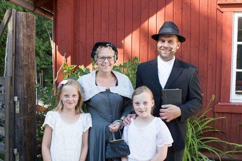 Bildet: Familien de Flon Holmstrøm er alle med på Emil-forestillingen under Sommer i Prøysen. Bak: Linda og Brage. Foran: Leah (til høyre) og Adele.
