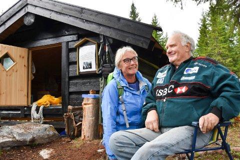 FAREN VAR KRIGSHELT: Randi Kjelsberg og Reidar Bakken vil gjøre en innsats for å samle historiene om motstandsbevegelsen i fjellet. Faren Ragnar Bakken var selv en kjent motstandsmann, og deltok også i kampene i 1940.