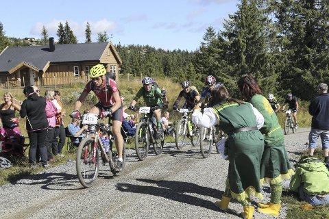 Folkeliv: Deltakerne påpeker at folkelivet langs løypa i sykkelverden er en viktig årsak til at de deltar i rittet. Foto: Geir Olsen, Birken