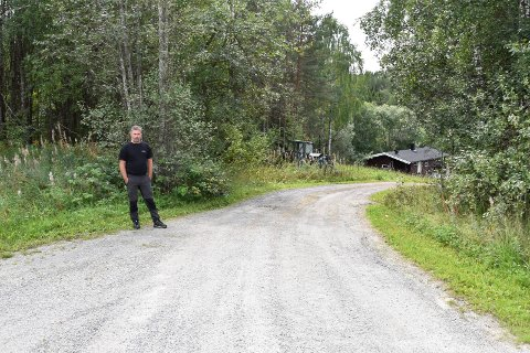 BOR NÆRE: Andre Løkken og familien bor på eiendommen nede til høyre i bildet, Åsmarkvegen 407/409. Omtrent der han står, går eiendomsgrensen mot tomta som er ønsket omregulert, slik at den kan brukes til lagertomt.