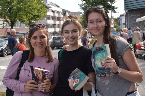 PÅ SHOPPING: Jentene fra Arbeiderbevegelsens folkehøgskole i Ringsaker bidro til å fylle kassene hos handelsstanden i Moelv. Fra venstre: Marija Maloparac, Martine Lindberget og Iris Seim.