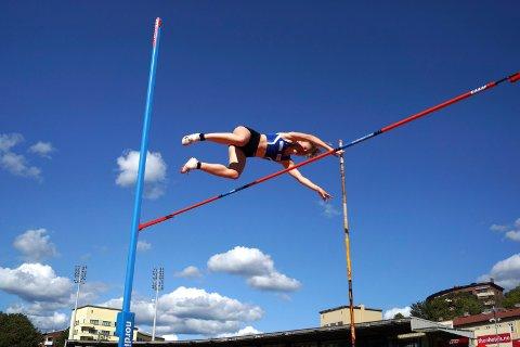 Tiril Malm Sunde svinger seg over 3.40 i stavsprang og tar NM-gull. Foto: Moelven friidrett