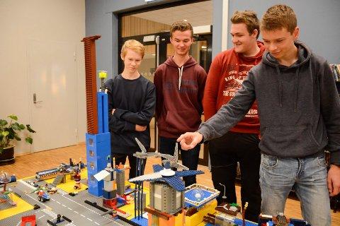 Lars Sortungstad (f.v.) Håkon Skaugen, Marius Arvesen og Elias Kvalevaag Holm har vært med å bygge framtidens Brumunddal med et halvt tonn lego.