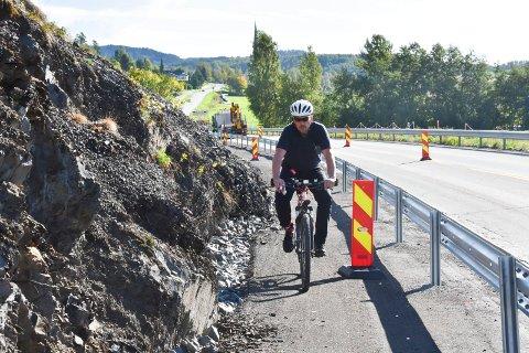 PRØVETUR: Nabo Sven Arne Sylling ble med RB på en prøvetur, og mener det vil være vanskelig for to syklister å passere hverandre på deler av den nye gang- og sykkelvegen langs fylkesveg 213 utenfor Moelv.