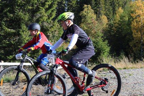 Duell: David Vikberg Skundberg (11) (t.v) og Augsut Johansen Haave (11), begge fra Brumunddal sykleklubb, deltok i klassen M 11-12. -Løypa var litt vanskelig, men det var veldig gøy, forteller Vikberg Skundberg til RB. Foto: Aiste Gedrimaite
