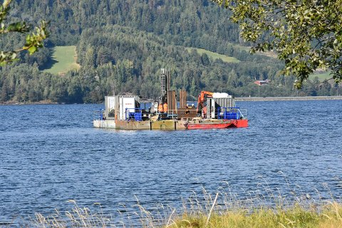 FLÅTE: Her er den, flåten som de neste 10 ukene vil undersøke grunnforholdene i Mjøsa, der ny bru over Mjøsa er planlagt bygget. Resultatene er med å avgjøre hva slags brutype det blir.