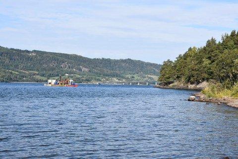 UTENFOR MOELV: Tirsdag formiddag lå flåten rett utenfor badestranden Sanda i Moelv. I bakgrunnen Mjøsbrua.