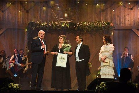 Eivind Olrud mottok Ringsakerprisen av ordfører Anita Ihle Steen.
