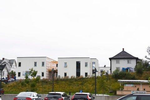 BLE KRITISERT: Brumunddølen Brede Mordal gikk i august ut, og kritiserte disse nybyggene i Parkvegen sentralt i Brumunddal. Artikkelforfatteren mener plansjefen har en jobb å gjøre når det gjelder god byggeskikk i Brumunddal.