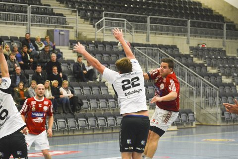 Hjemmekamp: Veldre, her ved Vegar Haave og Gjermund Dale, spiller søndag sin første hjemmekamp etter klubbens comeback i seriesystemet.