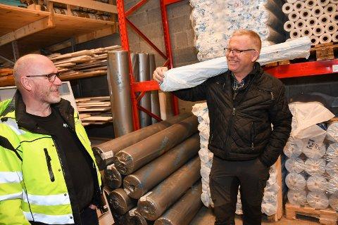 Økt varehandel: Byggevarer gikk godt lokalt i fjor. Her er det Henning Ødegaard som hjelper kunde Ole Simen Baldishol. Bildet er tatt ved en tidligere anledning.