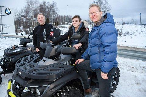 Per Almestrand (f.v.) ved MC-Huset i Nydal, Kristian Elvsvebakken og Tor André Johnsen (Frp) håper at nye førerkortklasse B1 blir innført.