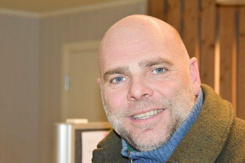 GIR UT BOK: Han er brumunddøl og nyhetsredaktør i Hamar Arbeiderblad, nå har også John Arne Holmlund (54) samlet røverhistorier fra lokalfotballen mellom to permer.