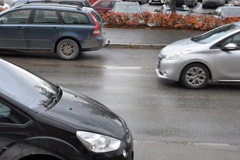 DUSKREGN: Lett duskregn i Brumunddal fredag formiddag. I helga kommer det mer regn.