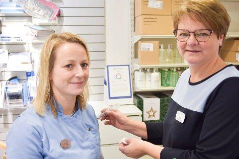 GIR VAKSINE: Monica Engeskaug (t.v.) og Laila Jostad er to av fem apotekteknikere ved apoteket på Mølla som kan gi folk influensavaksinen.