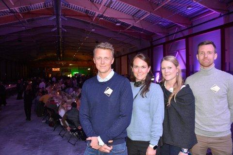 Stolte: Disse fire lederne er en del av Moelven industrier og var ekstra stolte mandag kveld. Fra venster: Simen Kristiansen (Markedsjef i Moelve Wood), Anita Mørdre (finanssjef i Moelven Industrier ASA), Elisabeth Davies (forretningsutvikler logistikk Moelven Industrier ASA), Petter Fjeld Bjerke (driftssjef på Moelven Mjøsbruket AS).