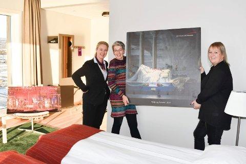 SKAL PÅ VEGGEN: Snart vil flere av hotellrommene i Mjøstårnet være smykket med fotografier fra forestillingene til Ringsakeroperaen. Fra venstre: Kari Liberg (daglig leder Wood hotell), Kari E. Bekken (operasjef) og Rita Johansen (Ricardofoto).
