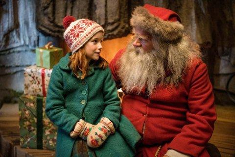 Miriam Kolstad Strand spiller rollen som Elise, og Anders Baasmo Christiansen er julenissen i den nye filmen «Snekker Andersen og Julenissen: Den vesle bygda som glømte at det var jul» ble en festkveld på Prøysenhuset.