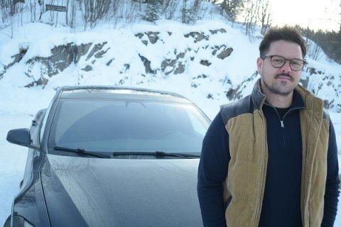 TAR OPP KAMPEN: Henning Fonn Haug (33) fra Hamar er meget forundret og forbannet over kundebehandlingen hos Tesla i Brumunddal.  De mener han har påført skade på bilen sjøl og ønsker ikke engang å inspisere skaden. Nå har Haug satt advokat på saken.