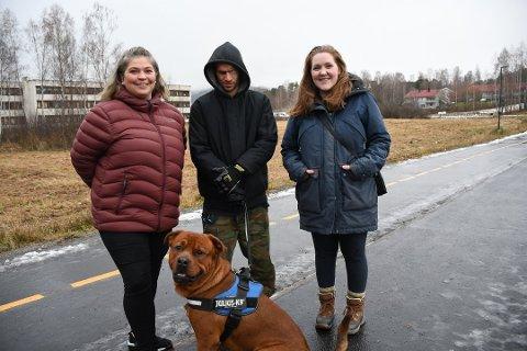 ØNSKER HUNDEPARK: Kristin Johannessen (f.v.) Jon Kruke og Eirin-Rosita Wikestad. Foran er hunden Aron. Området de foreslår er på jordet bak dem på bildet, men rådmannen sier nei til å bruke eiendommen til hundepark. Bildet er tatt i november.