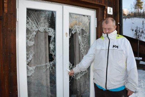 KNUSTE DØRER: Mannen knuste vinduene i dørene inn til Brede Bjerke i Hagabakken.