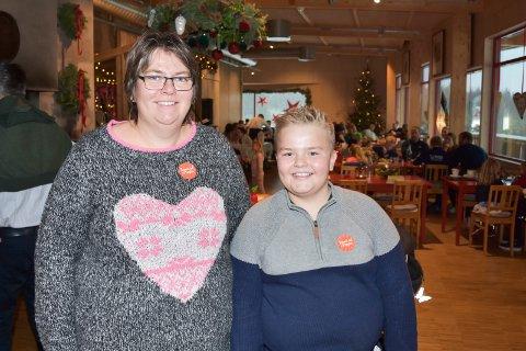 TOK TUREN: Gun Hatterud Nybo og sønnen Hallstein Nybo (11) fra Torpa tok turen over Mjøsbrua lørdag. 11-åringen dikter selv sanger, og er veldig inspirert av Prøysen. Se flere bilder i bildekarusellen.