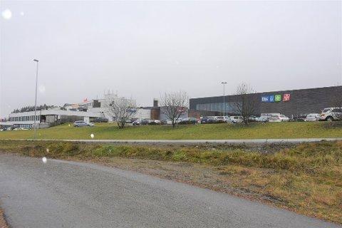 LADESTASJON: På baksiden av Olrud, ved inngangen til Coop Obs, skal det etableres 12 nye hurtigladestasjoner.