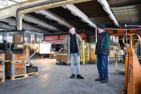 VIL SKAPE NYTT LIV: Ring Chair Tech flytter, men Amund (t.v.) og Tore Lie er allerede i gang med å finne en ny leietaker til de svære lokalene i Moelv. Her i verkstedhallen.