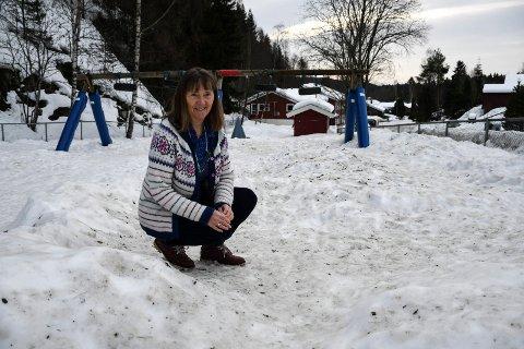 Lite fornøyd: Lise Lyngar i Borgen barnehage er lite fornøyd med all stein og møkk som er blitt frest inn i barnehagen.