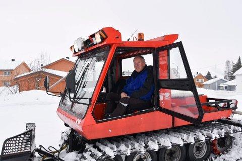 Kjører skiløyper: Harald Olsen i løypemaskin som prepper løyper helt ned til Brumunddal sentrum. I fjor satt Olsen 300 timer i løypemaskin.