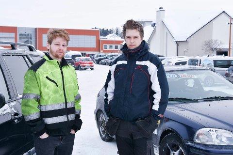 TAR AVSTAND: Rolf Jevnaker (20) (t.v.) og Joakim Jevne Sveen (20) tar avstand fra narkotika, men beskriver at de opplever et Brumunddal hvor flere unge enn før misbruker narkotika.