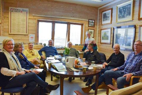 FEIRER: Veldre Historielag er storfornøyd med sine nye lokaler. Fv. Gerd Karin Nylund, Valborg Gladhaug, Ingjerd Frantzen, Hans Haakensveen, Nils Rønning, Eva Jønsrud, Per Erling Aasen, Jan Bremseth og Øyvinn Østvoll.