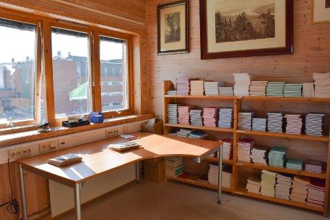 GOD PLASS: Veldre historielag har nå fått med seg hele sin samling av bøker, dokumenter og kunst til de nye lokalene i Ringsakerveien.