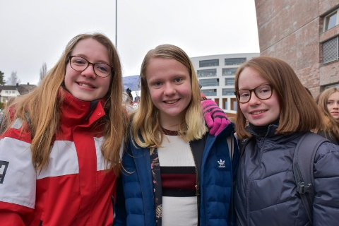 VERDT DET: Camilla Koller, Nora Arvesen og Frida Sofie Schønsberg skulket skoledagen på Nes ungdomsskole for å demonstrere for klima.
