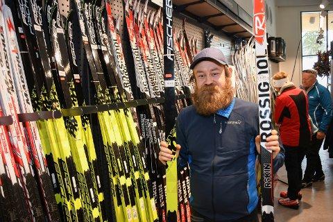 VEKST: Jon Granerud, assisterende butikksjef hos Sport 1 på Sjusjøen, forteller om stor vekst etter at de kom inn i nye lokaler.