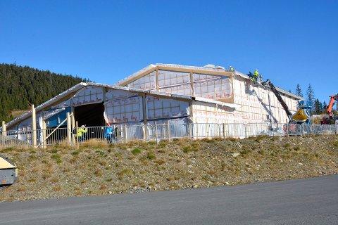 GARANTI: Fylkesmannen har godkjent at kommunen gir garanti til flerbrukshallen på Natrudstilen. Her et bilde fra da hallen var under bygging.