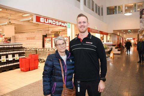 FORNØYDE KUNDER: En av grunnene til at Eurospar på Mølla fikk prisen var de gode tilbakemeldingene fra kundene. Her er kjøpmann Edvard Børresen med kunde Astrid Evensen.
