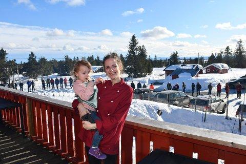 Stor støtte: En rørt Tonje med sin datter på armen føler hun har hyttefolket i ryggen.