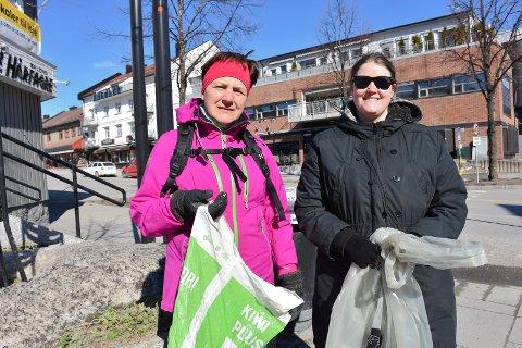 SØPPELPLUKK: Elin Evensen og Stine Olsen brukte en solfylt søndag på å fylle posene med søppel fra Moelv sentrum.
