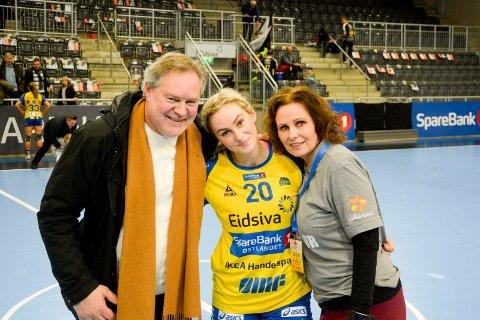 Fikk fram Mia: Bent og Mia Svele med mor Vigdis Svele.