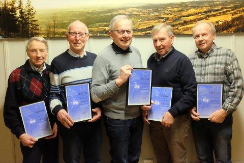 GUBBEKLUBBEN: Disse karene har fullført Snøkuten i 40 år og fikk diplom for svetten. Fra venstre: Bjørn Tvedt, John Ellefsæter, Terje Allergodt, Arne Grønvold og Harald Grønvold.