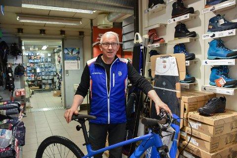 POSITIVT: Daglig leder på Intersport i Moelv, John Skar, gleder seg over samarbeidet med Ringsaker kommune.