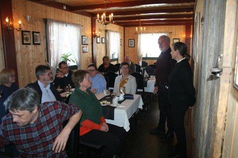 Lydhøre: Forsamlingen var lydhøre både til velkomst-innlegget til nestleder Oddbjørn Pedersen, og til det vertskapet Karen og Halvor Monssveen kom med.
