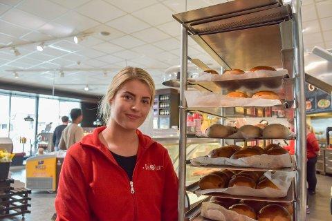 ROLIG: Helle Rønning forteller at de ansatte på Deli de Luca i Brumunddal har full kontroll på påsketrafikken søndag.