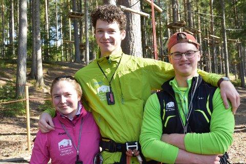 PÅ JOBB: Elise Solås (19) (f.v.), Persijn Van't Kruijs (19) og Magnus Opdahl (18), alle fra Tingnes, er tre av de lokale ungdommene som loser gjestene trygt gjennom et besøk i klatreparken på Helgøya.