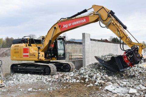 DIGER OG MILJØVENNLIG: Veidekkes nye gravemaskin veier 27 tonn, og er verdens første batterielektriske gravemaskin av en slik størrelse. Den er utviklet på Stange av Pon Equipment.