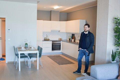 TIL SALGS: Morten Iversen fra DNB Eiendom i en av leilighetene i Mjøstårnet som nå ligger ute for salg.