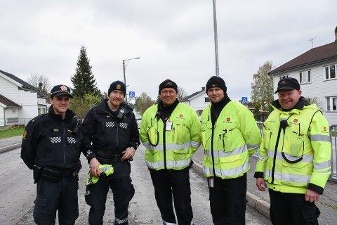 Kontroll:Johannes Jamtveit, Mikal Sviggum, Flemming Skarpnord, Martin Vercouteren og Ola Retterås holder russebilkontroll ved Kilde skole fredag ettermiddag.