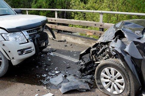 KOLLISJON: Slik så de to bilene ut i fronten etter sammenstøtet. Bilen til høyre fikk også skader på siden da den havnet borti autovernet.